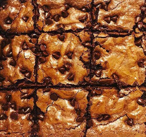 Brownies con chispas y caramelo